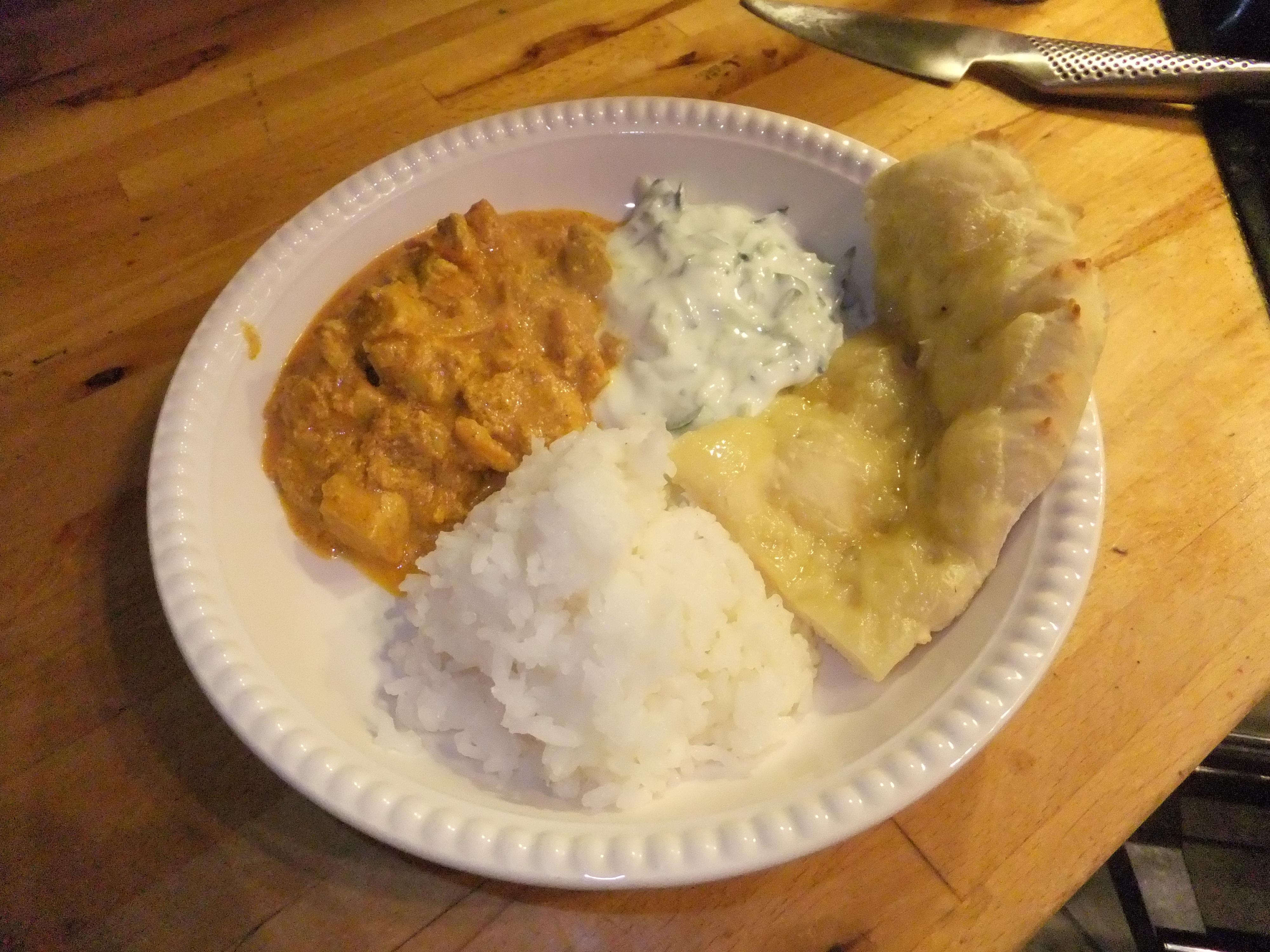 """Tikka betyr """"biter"""" og masala betyr """"kryddermix"""". Chicken tikka masala er altså kylling i biter i en krydret saus. Noen bruker også nøtter, feks cashew-nøtter oppi, jeg foretrekker den uten. […]"""