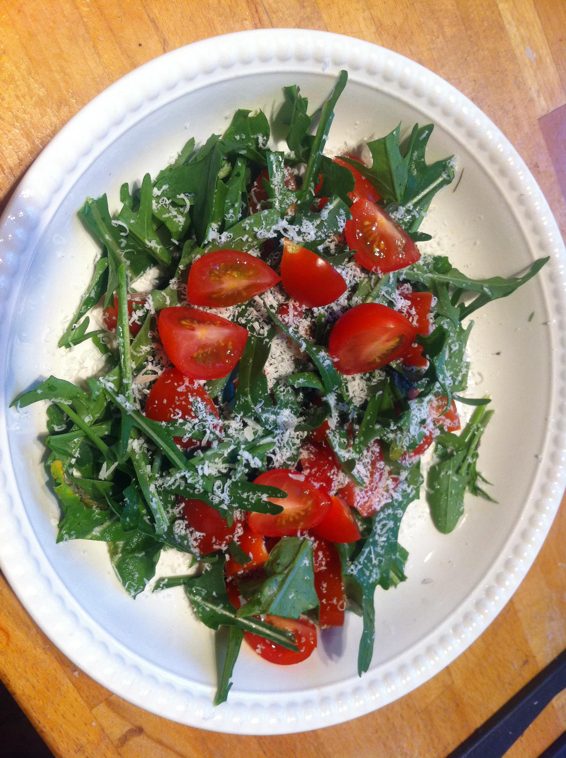 Denne salaten har jeg laget med ruccola fra egen hage og tomater fra vinduskarmen, men det går fint å kjøpe ingrediensene også. Jeg bruker den som tilbehør til all slags […]