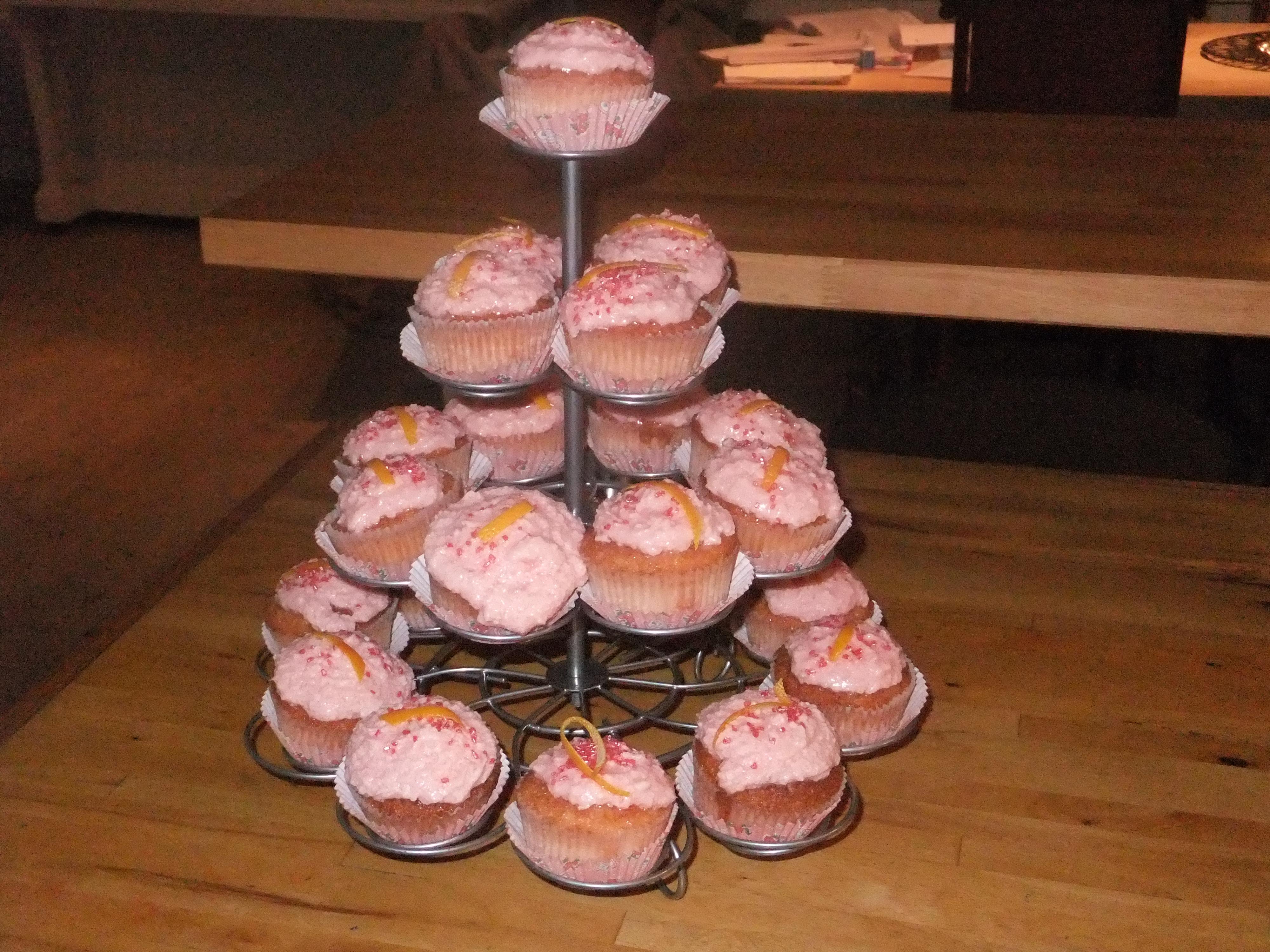 Disse cupcakesene passer i voksenbesøk 😉 I bunnen er det Grand Marnier og i glasuren rikelig med vodka. Jeg brukte vanlig Absolut, men jeg kan tenke meg at den med […]