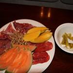 Serranoskinke, spekepølser, melon og nøtter