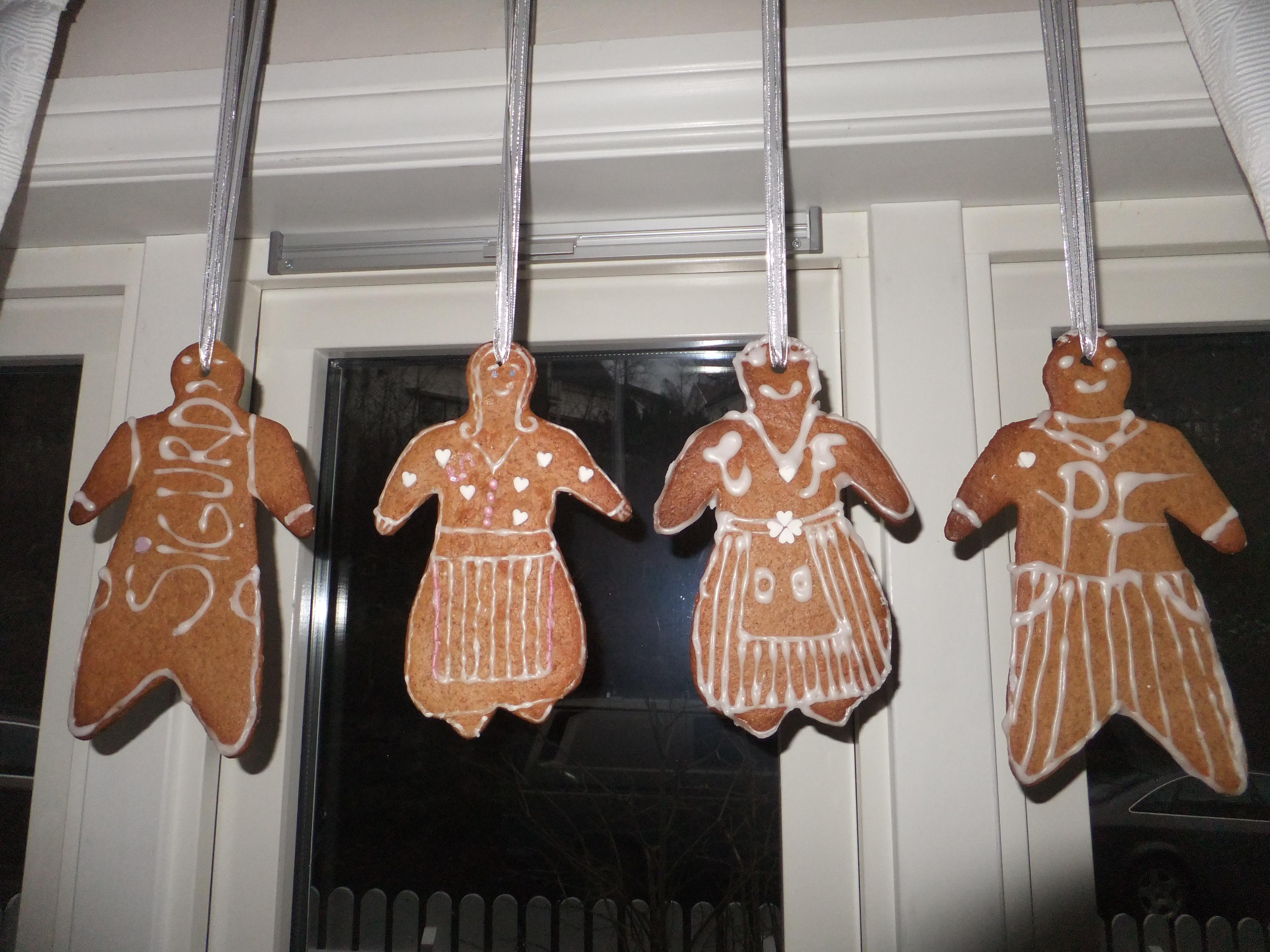 Vi lager pepperkaker og henger i vinduet hvert år. I år hadde vi koselig juleverksted med søster og nieser. Både pepperkaker og to sorter til ble bakt og pyntet på […]
